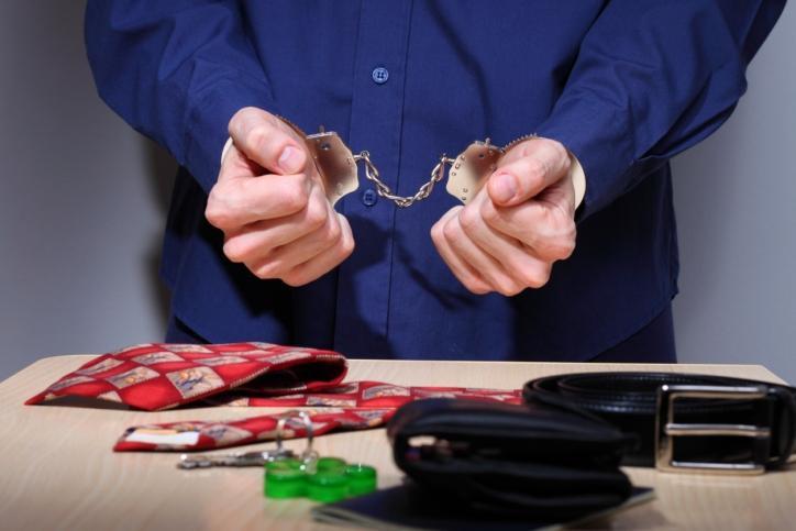 Więzień skarży się na niehumanitarny sposób przewożenia go do sądu
