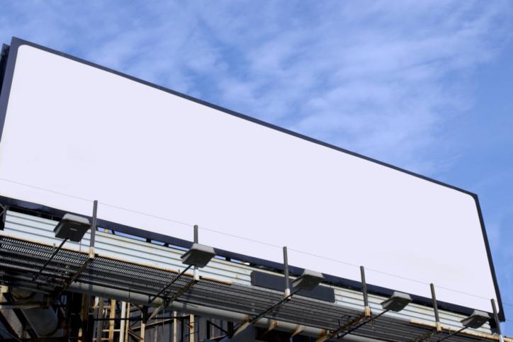 W Poznaniu spada liczba nielegalnych nośników reklamowych