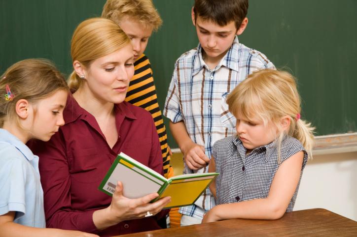 Czy w klasyfikacyjnej uchwale rady pedagogicznej należy stosować specjalne zapisy dotyczące promocji uczniów przystępujących do egzaminów poprawkowych?