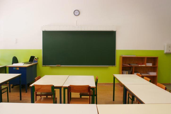 Likwidacja szkoły może być powodem zwolnienia nauczycielki przebywającej na urlopie wychowawczym
