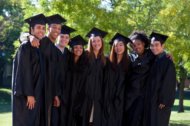 Absolwent traci ubezpieczenie zdrowotne po obronie pracy dyplomowej
