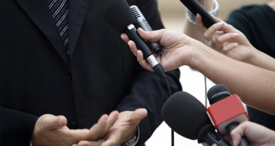 Rzecznik prasowy kontra media – debata na Łazarskim