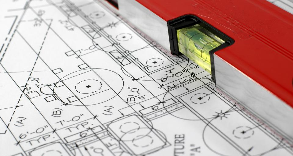 Czy do projektu zamiennego stosuje się przepisy dotyczące formy i treści projektu budowlanego?