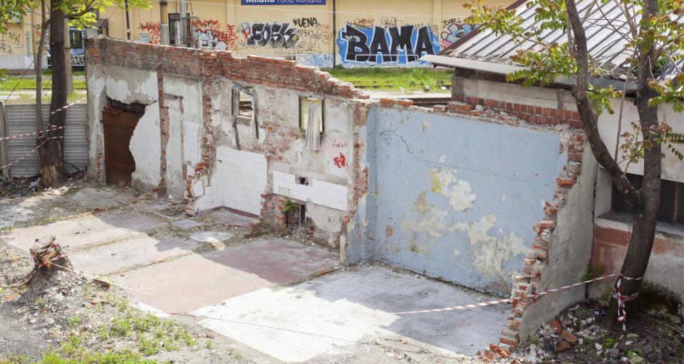 Czy wyburzenie garażu z blachy podlega zgłoszeniu?