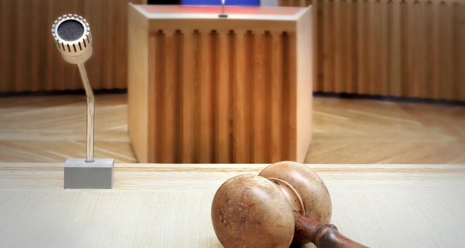 Łowicz: incydent z bronią hukową na sali sądowej