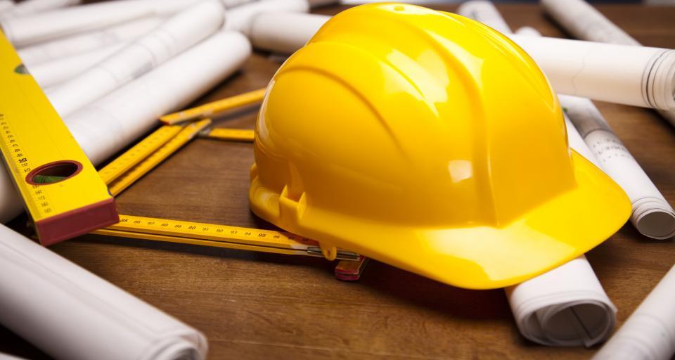 Jakiego rodzaju zabezpieczenia i działania organizacyjne wymagane są przy pracy na dachu otoczonym ze wszystkich stron stałym murkiem o wysokości 1,1 m?