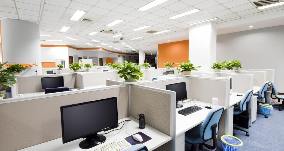 Otwarte przestrzenie biurowe zwiększają narażenie na hałas
