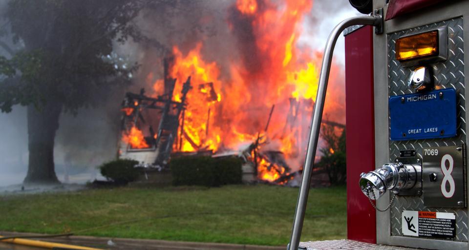 Pożar warsztatu samochodowego w Warszawie