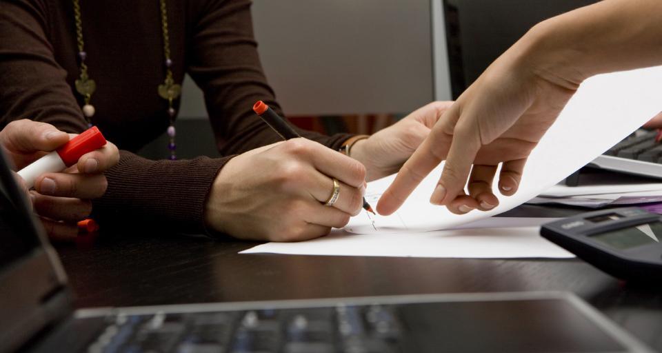 Jak wypełnić świadectwo pracy - poradnik krok po kroku