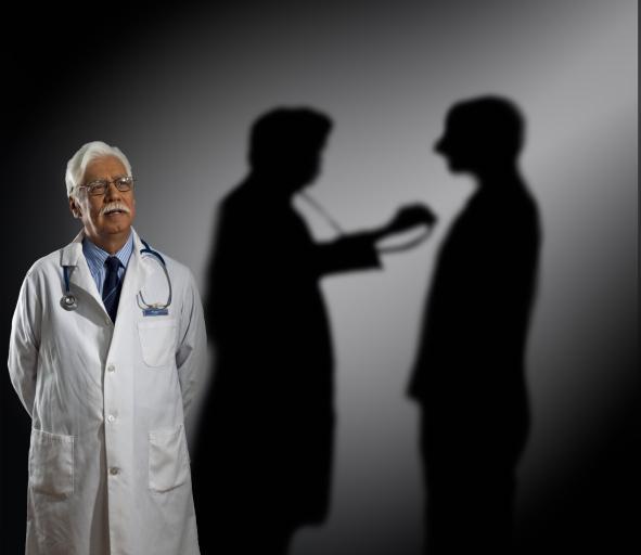 Lekarz oskarżony o łapownictwo i pomoc w oszustwach