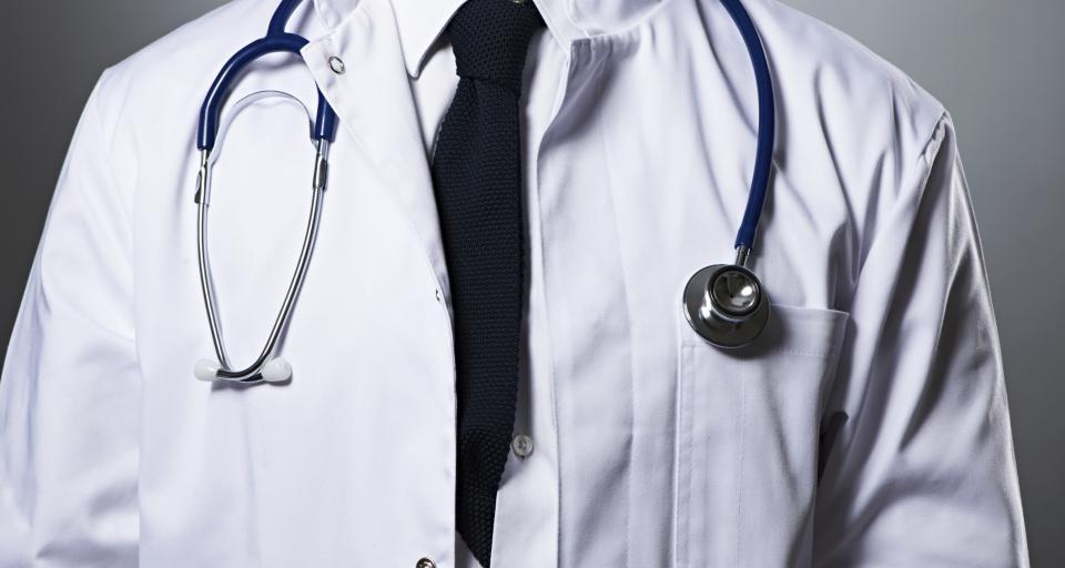 Co może lub powinien zrobić kierownik podmiotu leczniczego w przypadku powzięcia informacji, że jego pracownik (lub osoba przyjmująca zamówienie na świadczenia zdrowotne) mający kontakt z pacjentami (lekarz, pielęgniarka) jest nosicielem choroby zakaźnej