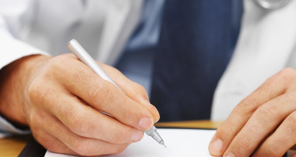 Lekarz może przepisywać leki refundowane, gdy on lub placówka ma umowę z NFZ