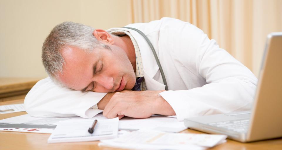 PIP: personel medyczny często świadczy pracę bez odpoczynku