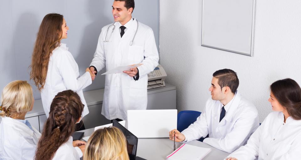 Wynagrodzenie pracowników medycznych adekwatne do rodzaju pracy i kwalifikacji