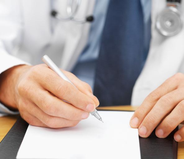 Czy lekarz zatrudniony w komercyjnej placówce na umowie zlecenie może wystawiać recepty na leki refundowane?