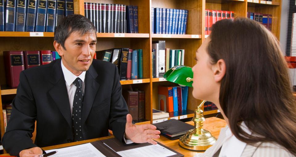 Czy pracodawca musi podać przyczynę wypowiedzenia umowy na czas określony?