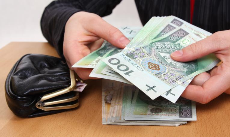 Sprawdź, czy wymaganie konta bankowego do wpłaty pensji jest zgodne z prawem