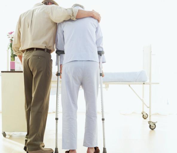 Córka, która opiekuje się niepełnosprawnym ojcem, otrzyma świadczenie pielęgnacyjne