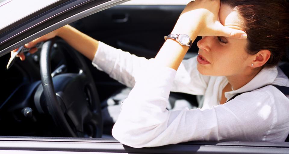 Czy wypadek przy wymianie koła w samochodzie służbowym jest wypadkiem przy pracy?