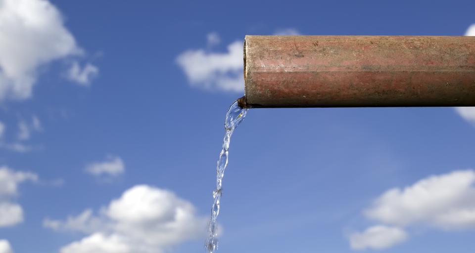 Czy centrum handlowe odprowadzające wody z dachów do jeziora musi posiadać pozwolenie wodnoprawne?