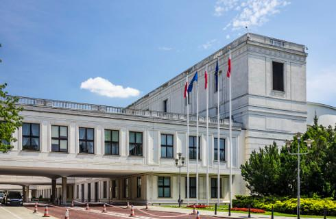 Sejm: Kontrowersyjne ustawy o policji i zniesieniu obowiązkowych szczepień