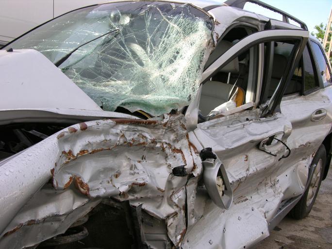 Sąd: Poszkodowany, na którego pojazd spadło drzewo ma prawo do zadośćuczynienia