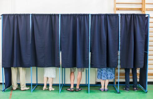 Wybory samorządowe w niedzielę, PKW przypomina, jak oddać głos