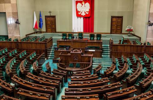 Sejm uchwalił VAT, zmiany w prawie oświatowym i dokumentach