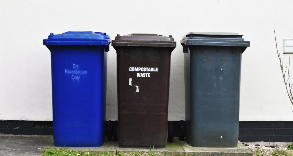 Jakie kolory pojemników na odpady niesegregowane można stosować?