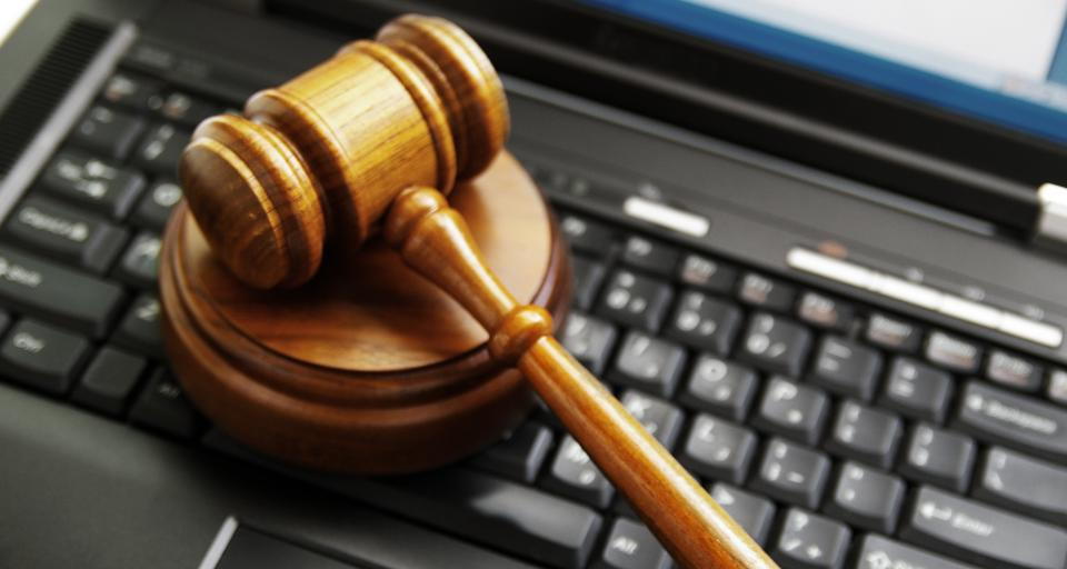 Protest przeciwko próbie kopiowania danych z komputera sędziego