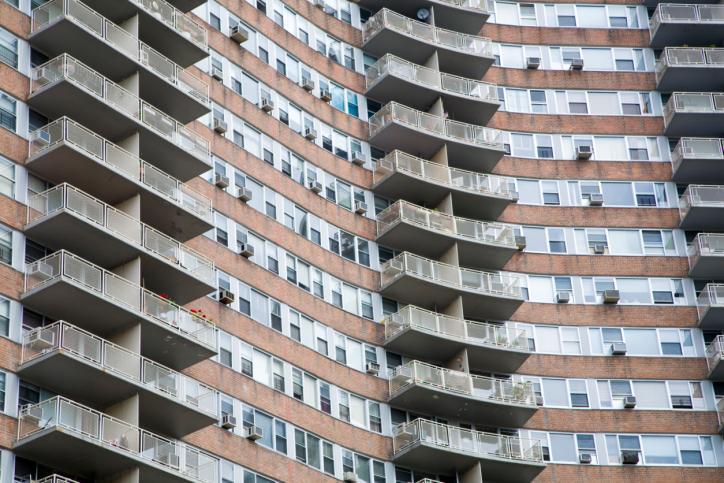 Fiskus próbuje zarabiać na mieszkaniach pracowniczych