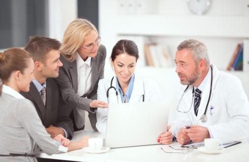 Pracownicy nie mogą wrócić do pracy, bo... czekają na wizytę u lekarza
