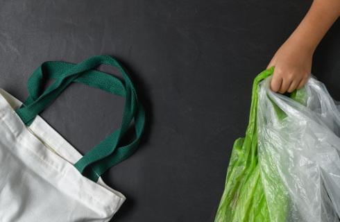Czy torby na zakupy wykonane ze skrobi podlegają opłacie recyklingowej?