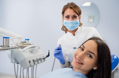 Ustawa wchodzi w życie - szkoły gorączkowo szukają dentystów