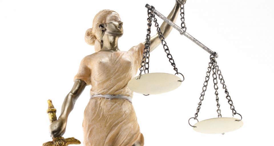 Sondaż: Niskie oceny sądów i prokuratury