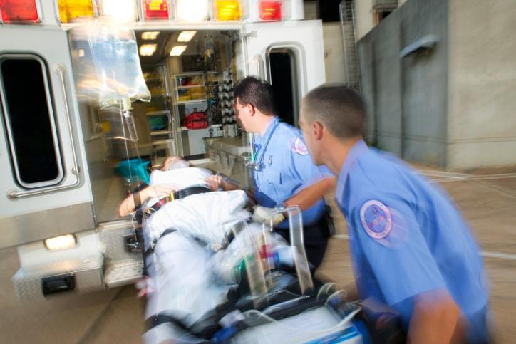 Podwyżki od stycznia dla ratowników medycznych i klauzula opt out