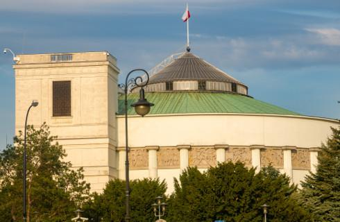 Sejm zajmie się limitem 30-krotności, podwyżką akcyzy i funduszem wsparcia osób niepełnosprawnych