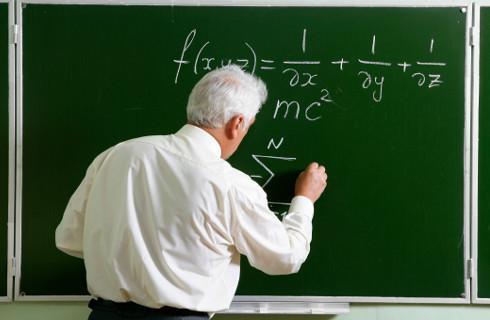 MEN podtrzymuje nagradzanie nauczycieli przez kuratorów, samorządowcy przeciwni