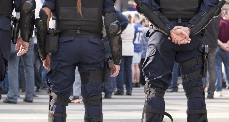Podejrzewany z bronią - policjant najpierw ją odbierze, potem wylegitymuje