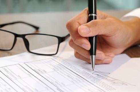 Zaświadczenie o niezaleganiu w ZUS za darmo, ale za podatkowe trzeba zapłacić