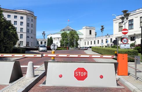 Z gorączką do budynków parlamentu wstęp wzbroniony