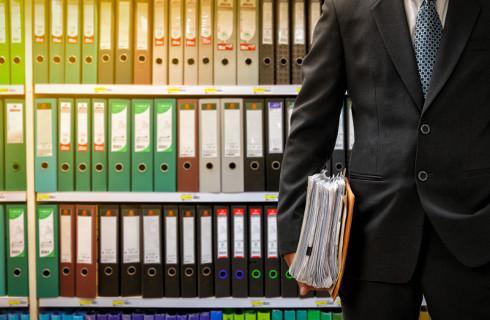 Wynoszenie dokumentów z firmy i praca zdalna mogą naruszać prawo