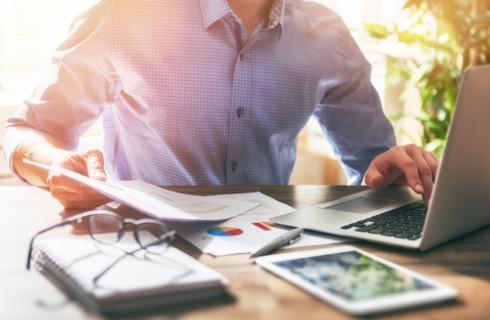 Luka w prawie - samozatrudniony może skorzystać z ulgi w ZUS jak mikroprzedsiębiorca