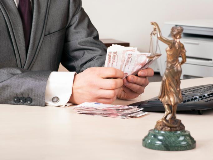 Na rynku prawnym coraz trudniej - adwokatura sięga po oszczędności