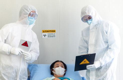 """Szpitale się """"zabunkrowały"""" i leczą tylko zakażonych"""