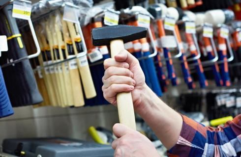 Wytyczne dla marketów budowlanych - podłogi będą obklejone taśmami co dwa metry
