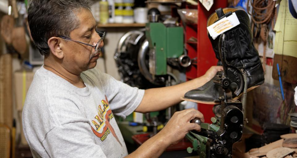 Pandemia i rząd wypychają starszych pracowników z rynku pracy