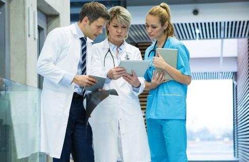 Szpitale wracają do normalnych procedur i narzekają na wyższe koszty
