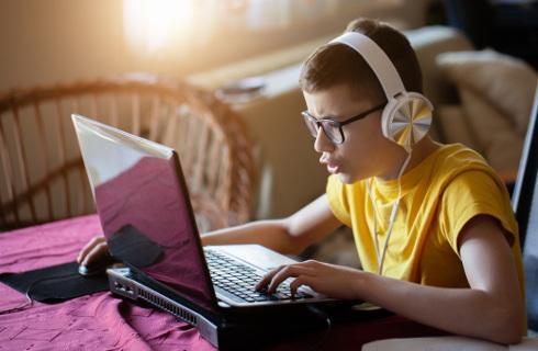 Darowizny na komputery i laptopy dla szkół można odpisać od podatku