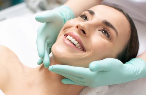 Nowe zasady działania salonów piercingu